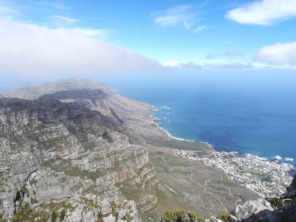 Landschaft - eine große Bergkette am Meer